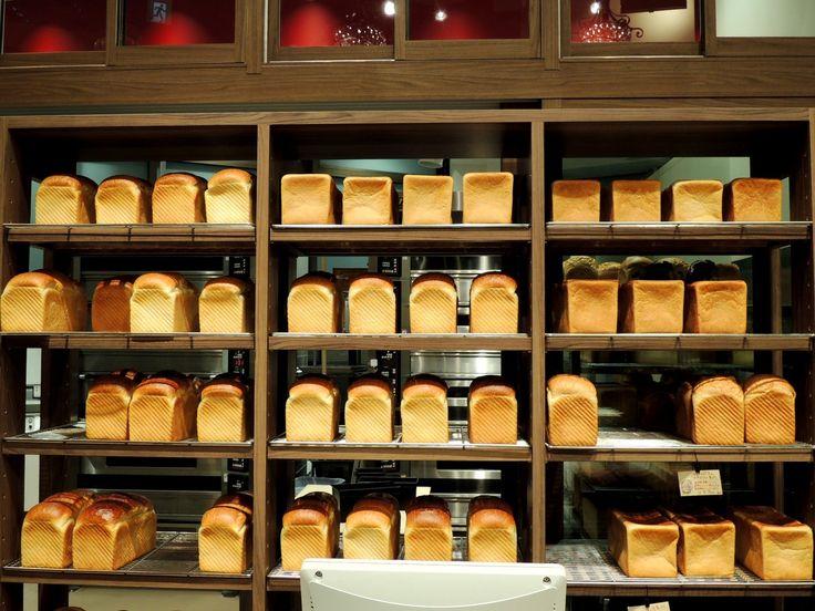 「俺のイタリアン」「俺のフレンチ」などを展開する「俺の株式会社」が2016年11月5日、東京・恵比寿ガーデンプレイスに新業態の「俺のベーカリー&カフェ」をオープン。食パンを専門に3種類の食パンの販売と「俺の」シリーズの料理人がプロデュースするサンドイッチ、自家焙煎珈琲が楽しめます。