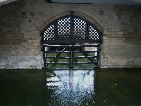 ロンドン塔のトレーダーズ・ゲートはテムズ川に面している