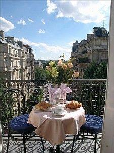 Prendre son petit déjeuner confortablement installé sur un balcon avec vue sur les hauteurs de Paris !