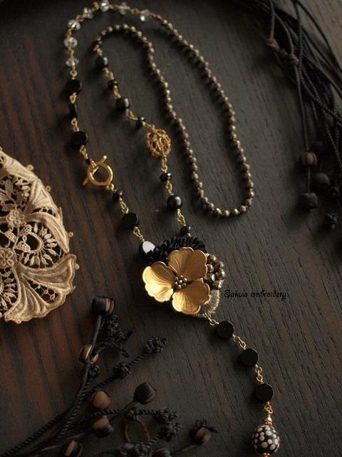 Sakula embroideryのアトリエ便り-ブラックとゴールドのY字ネックレス