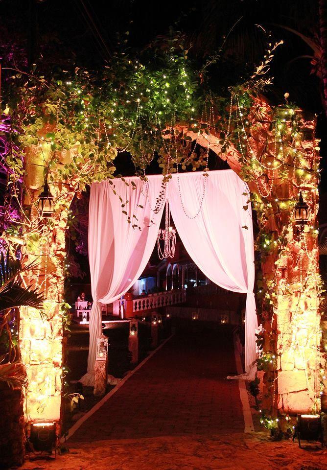 Montaje para entrada de boda con gazebo y telas blancas y con candelabro e iluminación en las plantas / Entrance wedding set up with gazebo and white fabrics and chandelier and lighting plants #Wedding #Boda #Hacienda #Yucatán #Mérida #Entrance