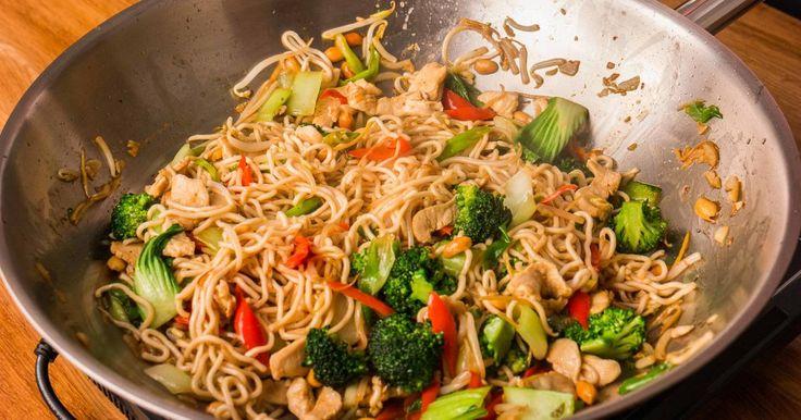 Mennyei Kínai pirított tészta recept! Elkészítettünk egy igazi, mennyei Kínai pirított tészta receptet Nektek! Ez az étel valóban elkészül 4 főre 20 perc alatt. Friss, egészséges, laktató, és nagyon finom! :) Igazi főnyeremény!