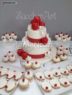http://www.lemienozze.it/operatori-matrimonio/catering_e_torte_nuziali/torte-di-matrimonio-varese/media/foto/9  Torta nuziale con mele rosse e biscotti