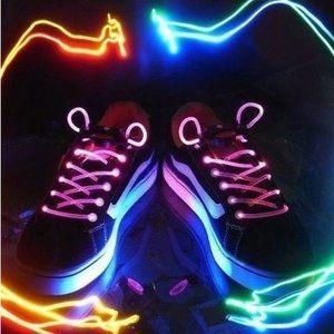 Lichtgevende schoenveters Deze knipperende schoen valt lekker op en staat heel cool Je kunt de veter ook gebruiken om aan je handtas of rugtas vast te binden Liyhium batterij Vele kleuren Blijft to...