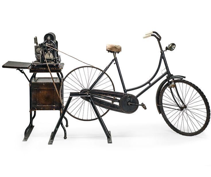 Stencilmachine van het merk Gestetner voor de productie van illegale bladen, aangedreven door een fiets via de riem op het achterwiel.