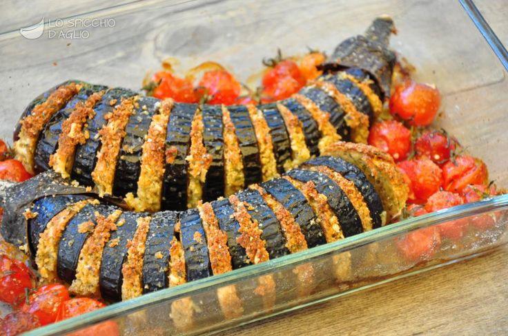 """Le melanzane a fisarmonica sono una specialità del Cilento, ma si trovano in varie parti del sud Italia. La caratteristica sono le incisioni verticali che gli conferiscono la forma """"a fisarmonica""""."""