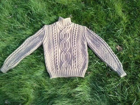 Привет! Мой первый видео урок. Вяжем свитер по кругу совершенно без швов. Свитер расчитан на ребёнка 2 года, но вы легко можете поменять все параметры под се...