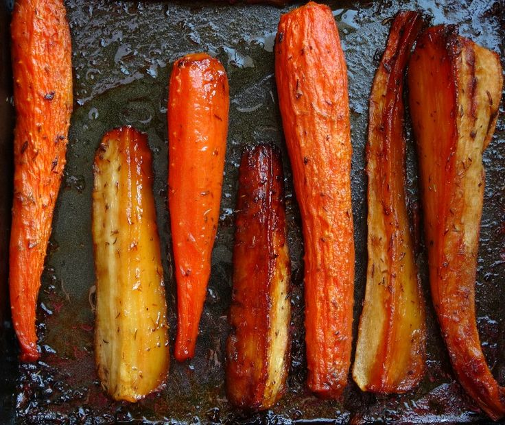 When it comes to crowd-pleasing Christmas vegetable recipes, you can't beat honey-glazed roasted carrots and parsnips. They're sweet, soft, crunchy and yummy!
