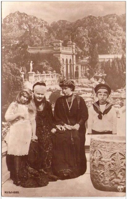 Marie with children Mignon and Nicolae and Queen Elisabeth of Romania.