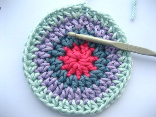 how to crochet a flat circle- useful for many crochet projects