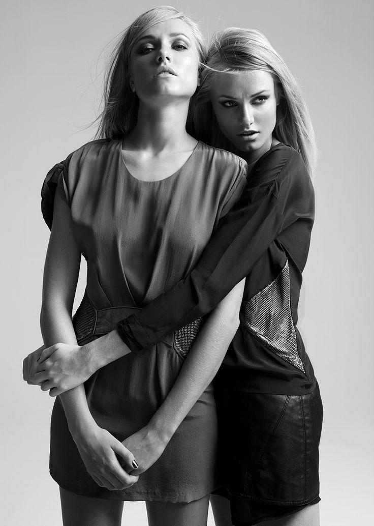 фотосессия с двумя моделями монастыря городе найдете