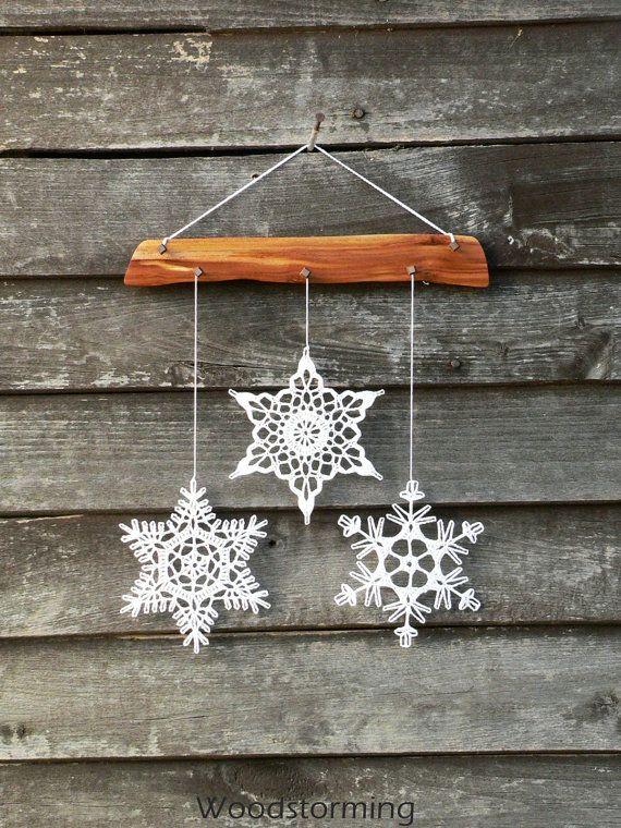 Decorare la vostra casa accogliente con questa elegante decorazione di Natale - si può appendere su una parete, finestra, può essere parte della decorazione di grande vivaio ed elemento interno caldo. Vi auguriamo migliori emozioni usarlo!  Questa decorazione di festa di Natale è in legno di prugno e 3 fiocchi di neve alluncinetto bianchi. Ogni singolo pezzo di questa decorazione è fatto con amore da noi e 100% fatto a mano. Fiocchi di neve sono attentamente a forma e inamidati e viene…