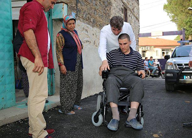 Kula Belediyesi, tekerlekli ve akülü sandalye ihtiyacı olan veya tekerlekli sandalyesine bakım yaptırmak isteyen engelli vatandaşlara şefkat eli uzattı. Kula Belediyesi, tekerlekli sandalyesi veya akülü sandalyesi bozulan ve akülü tekerlekli sandalyeye ihtiyaç duyan vatandaşlara yardım eli uzattı. Kula Belediyesi Zabıta Müdürlüğü tarafından koordine edilen proje kapsamında yürüme engeli olan vatandaşların akülü tekerlekli sandalye almak için gerekli belgelerin temin ve teslim işlemleri…