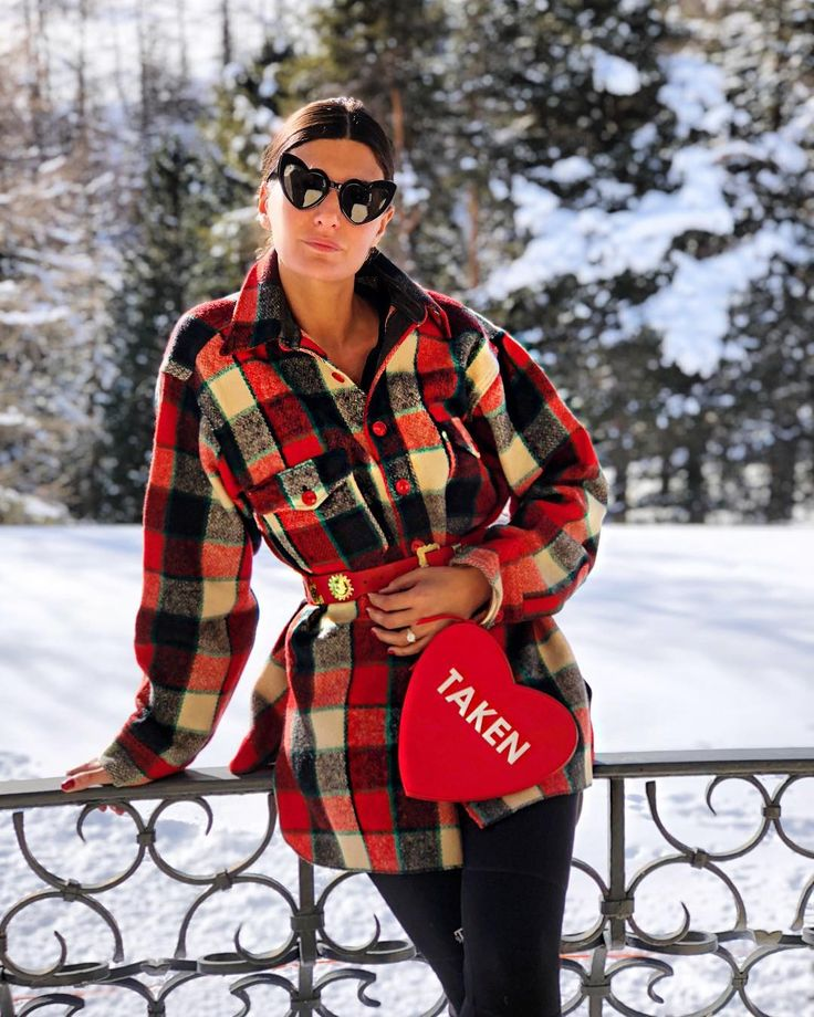 "13.7 m Gostos, 114 Comentários - Giovanna Battaglia Engelbert (@bat_gio) no Instagram: ""Cold Hands ,Warm Heart ❤️.. bag wearing @sarabattaglia x @myfavcolorisshopping and vintage shirt"""