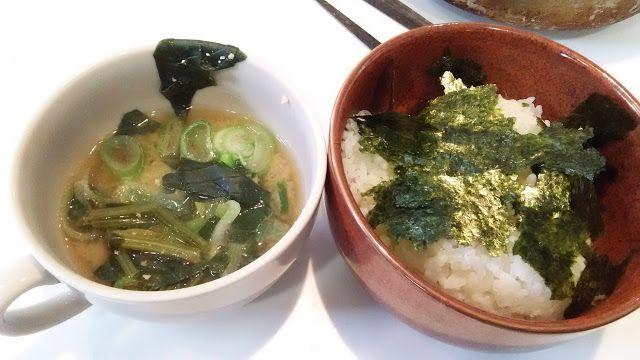ホラー漫画家・神田森莉 不味そう飯: 海苔ご飯と味噌汁である。前日のほうれん草の味噌汁にネギを刻んでくわえた。肉っけがほしいところだ。