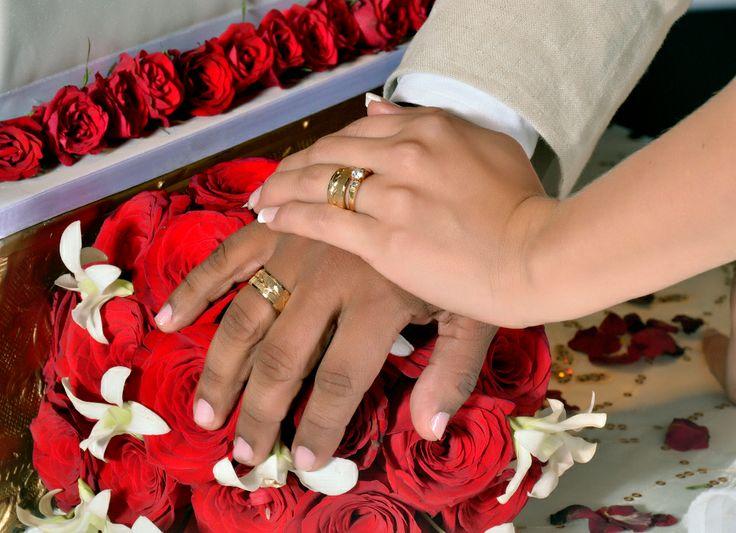 La fotografía de las manos de los novios con sus argollas de matrimonio, una imagen imperdible. #FotografosDeBodasEnCaliColombia