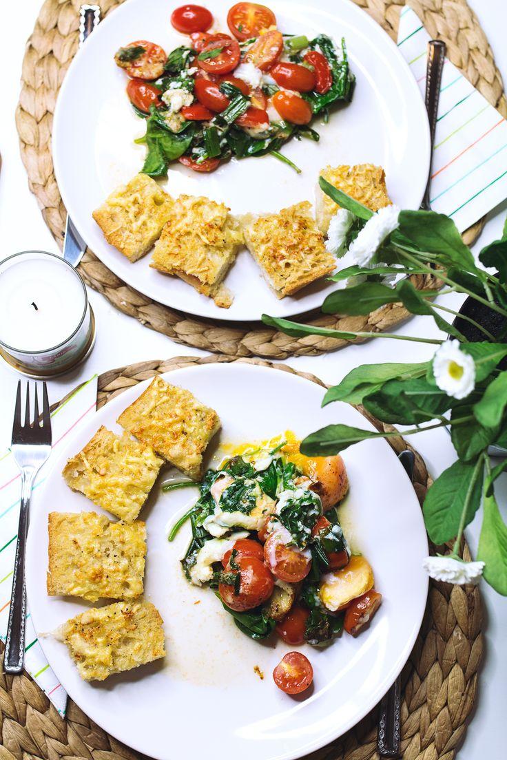 """Ostern steht vor der Tür. Für alle die noch nicht so recht wissen, was sie zu Ostern auf den Tisch zaubern möchten, habe ich ein etwas anderes Ostergericht. Ein vegetarisches Gericht mit Knoblauchbrot und gebackenem Spinat-Curry. Wie ihr wisst, liebe ich Speisen, die nicht schwer im Magen liegen und die ich auch zwischendurch genießen kann. Das Knoblauchbrot ist da eine<span class=""""hiddenGrammarError"""">super Alternative</span>. Es ist die perfekte Basis zum S<span…"""