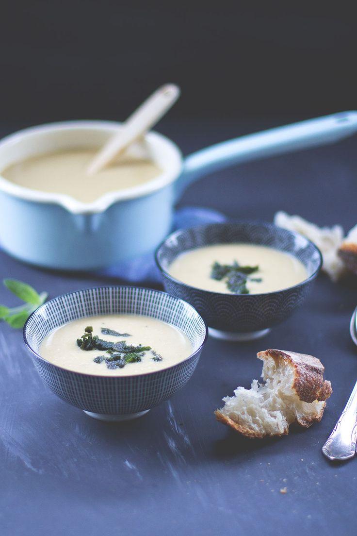 Rezept für cremige weiße Bohnensuppe aus Cannellini Bohnen mit knusprigem Salbei von moeyskitchen.com