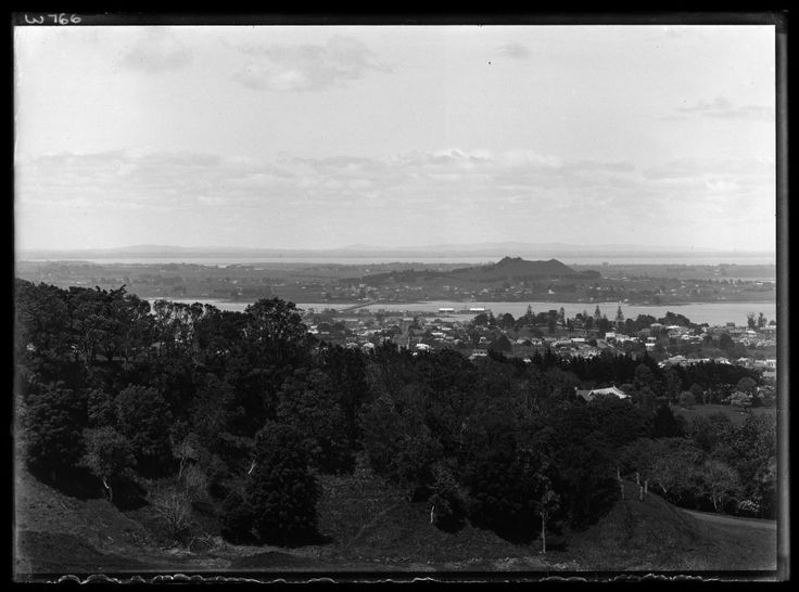 1926. Looking south from One Tree Hill domain over Manukau Harbour towards Mangere showing Mangere Bridge, Onehunga Wharf and Mangere Mountain (right of centre background). Sir George Grey Special Collections, Auckland Libraries, 1-W766.