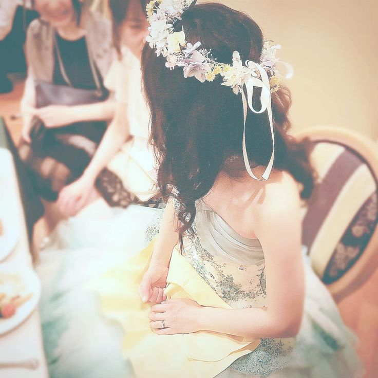 カラードレス姿の親友�� 花冠オーダーを頼まれて製作しました ミントグリーンのドレスにどんな花冠が似合うか考えて ドレスの写真だけでデザイン考えて作るから当日身に付けている姿を見るのはドキドキで 登場した瞬間は「似合ってる!可愛い!最高だ!」と心の中で自画自賛���� (しかも運良く登場してくる所の目の前に座ってた)  産後子育てに追われていたから娘が寝静まってから製作する時間はリフレッシュにもなりました 小学3年生からの友人の晴れ姿をこういった形でもお祝い出来て私も嬉しかったです�� 最近はハンドメイドショップ作品作り全然出来てないけど シェルリングピローが久しぶりに売れたりやっぱり物作りは楽しいなぁとしみじみ思う�� ※許可は頂きましたが花嫁様のお名前・お顔は伏せさせて頂きます���� ……………………………………………… #親友#結婚式#披露宴#二次会#花嫁 #新婦#カラードレス#花嫁ヘアメイク #花冠#ハンドメイド#オーダーメイド #結婚おめでとう#晴れ姿#お幸せにね #flowercrown#handmade#bridalfashion…
