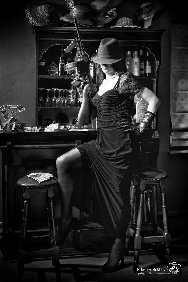 Een geheel verzorgde fotosessie in de style Film Noir. Diverse leuke gala Jurken / kleding in die style aanwezig. Je wordt gefotografeerd bij een barretje, pokertafel, bureau. Om de sfeer te benadrukken met een aantal prop's uit lang vervlogen tijden