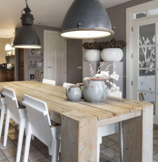 Rustieke en landelijke woonkeuken met mooie grote industrieële lampen