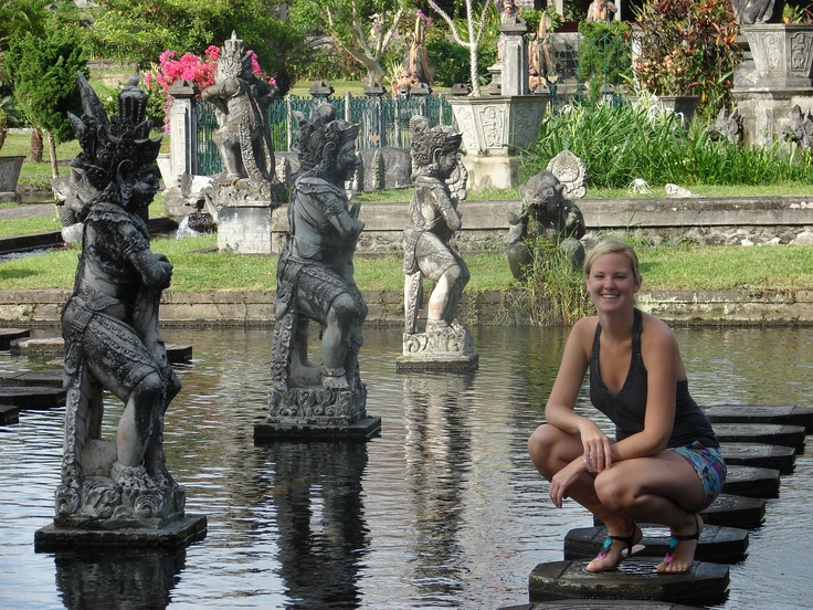 Te midden van de groene rijstvelden vind je het waterpaleis van Tirtagangga. De Bruleske Balinese beelden waar het water uitstroomt, de torenende fonteinen en de kleine stenen paden maken dat je je in een sprookjes wereld waant.