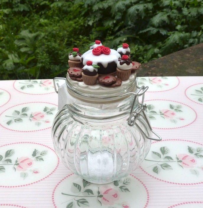 Glass jar with chocolate cake and cupcake with icing, roses and cookies in polymer clay handmade - Barattolo di vetro con torta e cupcake al cioccolato con glassa, rose e biscotti in fimo fatto a mano