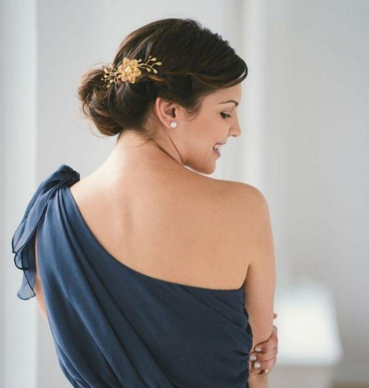 coiffure facile à faire: chignon bas avec peigne fleur en or