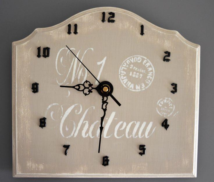 Zegar w stylu shabby chic w ciepłej pastelowej tonacji.