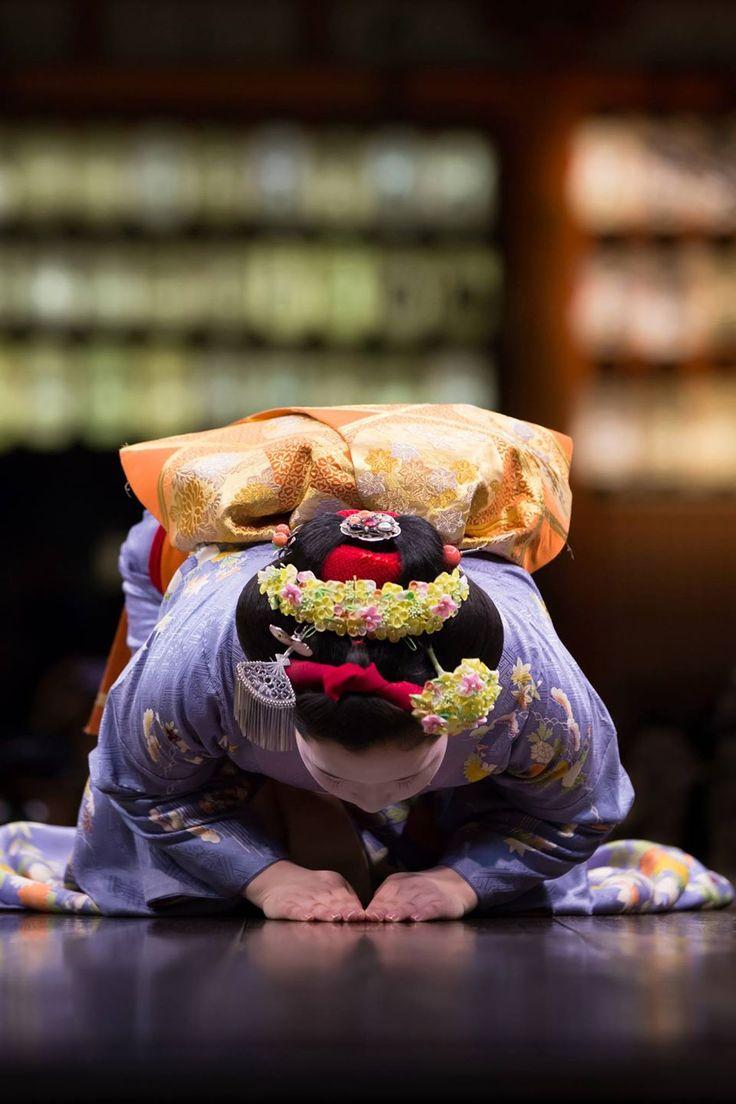 Maiko's bow, Kyoto, Japan 八坂神社舞殿   Takeshi Arima