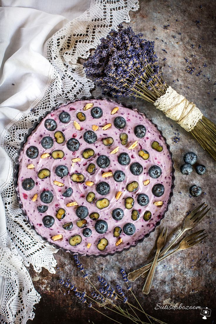 Sütés nélküli áfonyás, kekszes süti  😉🎂❤️ 250g Oreo kekszet ledarálok, hozzáadok 70 g olvasztott vajat és egy 20cm-es tortaforma alját kibélelek vele. 200ml habtejszínt felverek egy zacskó habfixálóval. Hozzákeverek 250g mascarponét, 100g olvasztott fehér csokoládét és egy marék fagyasztott áfonyát és egy kávéskanál citromlevet. Ezt a krémet rákanalazom a kekszes alapra és 2-3 órára hűtőbe teszem. Tetejét friss áfonyával díszítem. Jó étvágyat! :)
