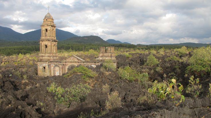 La iglesia de San Juan Parangaricutiro, Michoacán, sepultada tras el surgimiento y erupción del volcán paricutin en 1943, el cual no dejo víctimas fatales, pero si un pueblo y su iglesia sepultados bajo lava.