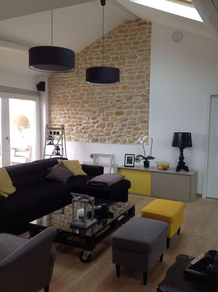 Salon jaune et gris déco jaune table palette mur brique loft combles poutres notre loft