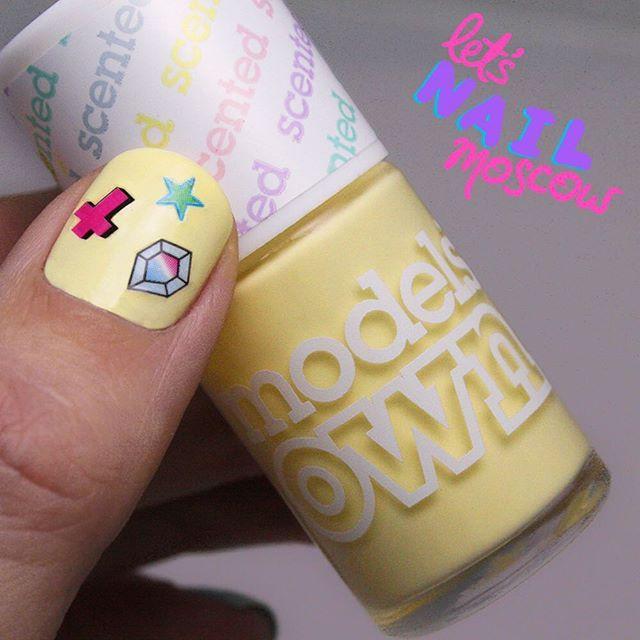 Models Own #BananaSplit 🍌💛 ох уж эти светло-желтые... 3 слоя, прокрашивала практически стоя на цыпочках, чтобы не спугнуть ровный слой 😁😂 но после высыхания пахнет бананом 😍 поэтому прощен ❤️ #ногти #маникюр #москваманикюр #маникюрмосква #рисункинаногтях #дизайнногтей #москва #китайгород #маросейка #nails #nailart #💅 #moscow #letsnailmoscow #moscownails #nailsoftheday #nailartdaily #nailstagram #nailporn #notd #nailitdaily #showmethemani #nailfie #nailprodigy #yellownails