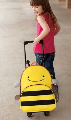 Nyt lähdetään! Skip Hopin matkalaukku on syötävän ihana laukku pikku kaverille. Skip Hop / lastenverkkokauppa.fi