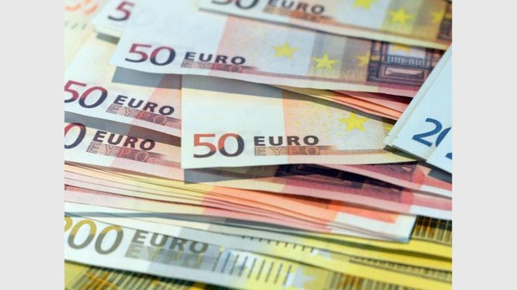 Ein aufmerksamer Kassierer in einem Stuttgarter Lebensmittelgeschäft hat zwei junge Frauen gestoppt, die bei ihm drei gefälschte 50-Euro-Scheine wechseln wollten. Der Angestellte alarmierte die Polizei, die Ermittlungen zur Herkunft der falschen Fünfziger aufnahm, wie die Behörde am Freitag mitteilte. Die Beamten gelangten so zu einem erst 17 Jahre alten Jugendlichen in der hessischen Stadt Rüsselsheim. In seiner Wohnung wurden mehrere vermutlich ebenfalls gefälschte 50-Euro-Banknoten…
