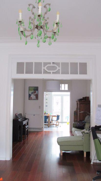 CHARMANTE, INSTAPKLARE RIJWONING OP IDEALE LOCATIE - Kessel-Lo | Mooi, ruim gelijkvloers houten laminaatvloer en authentieke blauw-grijze tegel. Uitgeruste keuken, aansluitend berging-washok met wc. Eerste verdiep: badkamer en 2 slaapkamers. Zolderverdiep: 1 grote slaapkamer (44m²). Kelder (24m²). Ruime, groene tuin.  Lage verbruikskosten hoge rendement condensatieketel, dubbel-isolerende beglazing, vernieuwd dak.