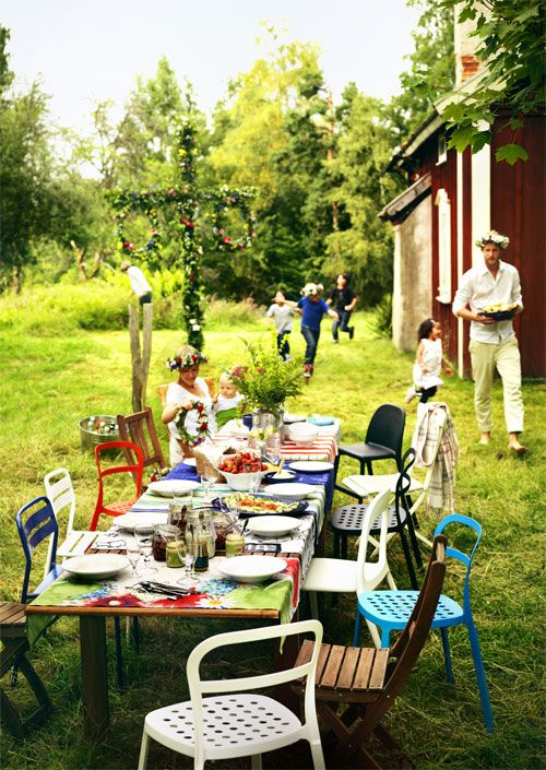♥ Swedish Midsommar - midsummer table. Eating outdoors is a must!