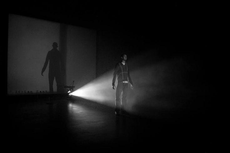 Backlighting - Contraluz -  背光 - 백라이트 - バックライト  Photograph taken with a projection of two light sources in a room totally dark.  Fotografía realizada con la proyección de 2 focos de luz en un cuarto totalmente oscuro.