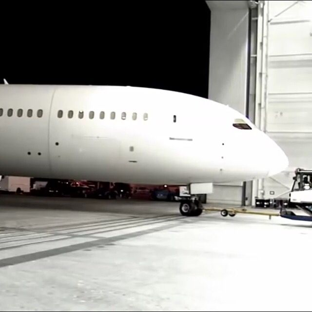 American Airlines Boeing 787-800 Dreamliner rolling into the hanger for a paint job!!
