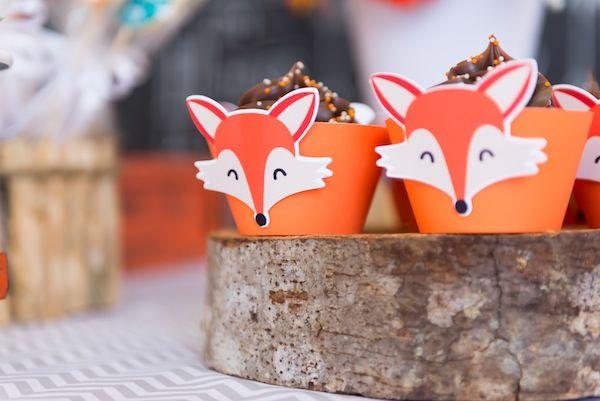 Os cupcakes já estão vestidos para a festa! Tema de raposa fazendo sucesso no blog.  Foto: Juliana Laporta Fotografia