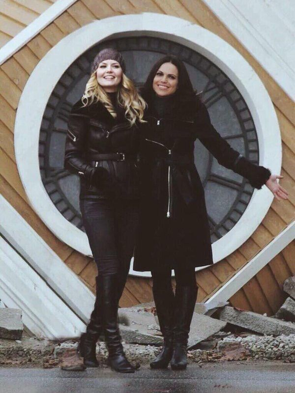 I've seen the pics of the clock tower being broken, but.... IS EMMA NOT THE DARK ONE ANYMORE???????? WHAAAAT??<<<<Does this mean the winter finale is going to switch plots as usual?? I don know how they're going to do it (even though they always do!!)