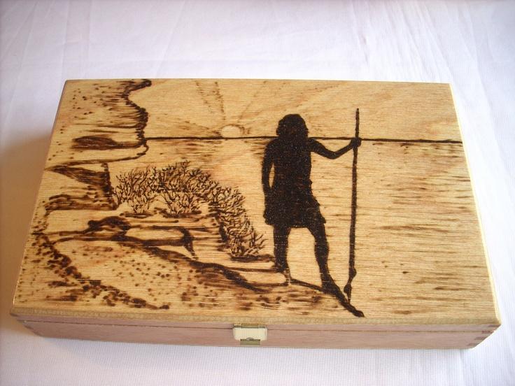 Caja para puros pirograbada, representando una escena guanche.