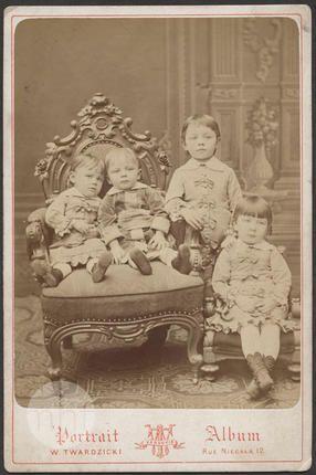 Portret czworga dzieci; Zakład fotograficzny Waleriana Twardzickiego; Polska - Warszawa; 1890-1900; Utwór w domenie publicznej