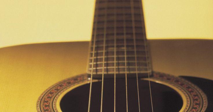 ¿Cómo mejorar una guitarra económica?. Existen varios enfoques para hacer que una guitarra económica suene mejor. Puedes mejorar la calidad de tono sustituyendo las cuerdas. Ajustar la acción -la altura del puente y la tuerca- puede hacer que sea más fácil de tocar. Si la guitarra no se mantiene en sintonía, puedes cambiar los cabezales de la máquina. Tocar la guitarra a través de un ...