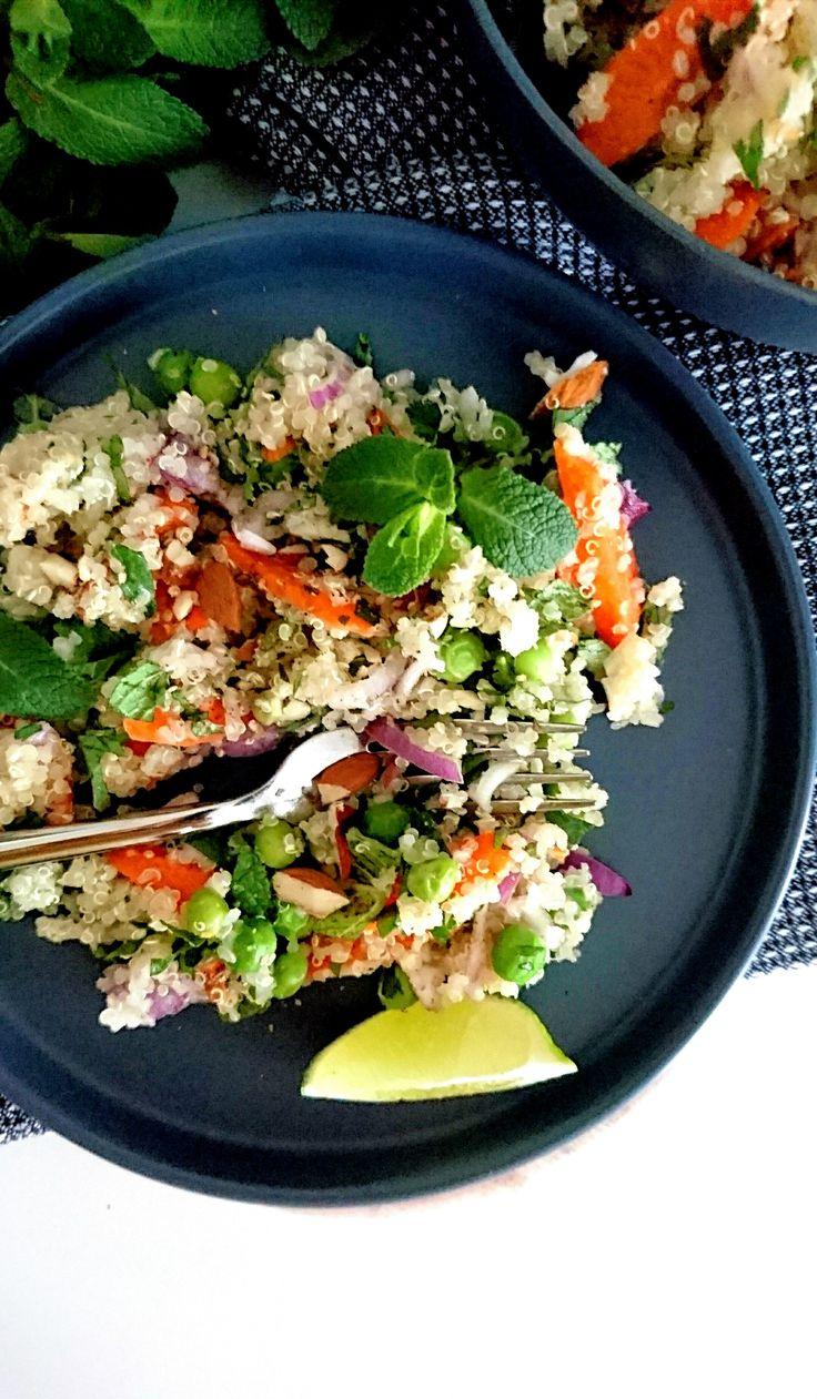 Taboulé de quinoa aux légumes d'été, vegan et sans gluten. Frais et riche en saveurs.