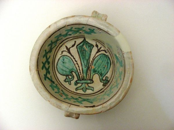 Catino biansato in maiolica arcaica. Fine XIV - inizi XV secolo, Montefiore Conca.
