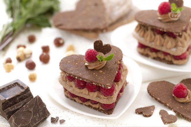 I cuoricini al cioccolato e lamponi sono dessert raffinati ed eleganti che potrete proporre per la cena di San Valentino o in altre occasioni!