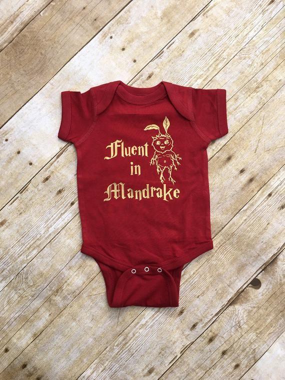 Fließend in Mandrake. Zauberer Baby. Zauberer-Shirt. Kleinkind-Body. Zaubererschule. Zauberer-Babypartygeschenk. Schnelle Lieferung   – Baby
